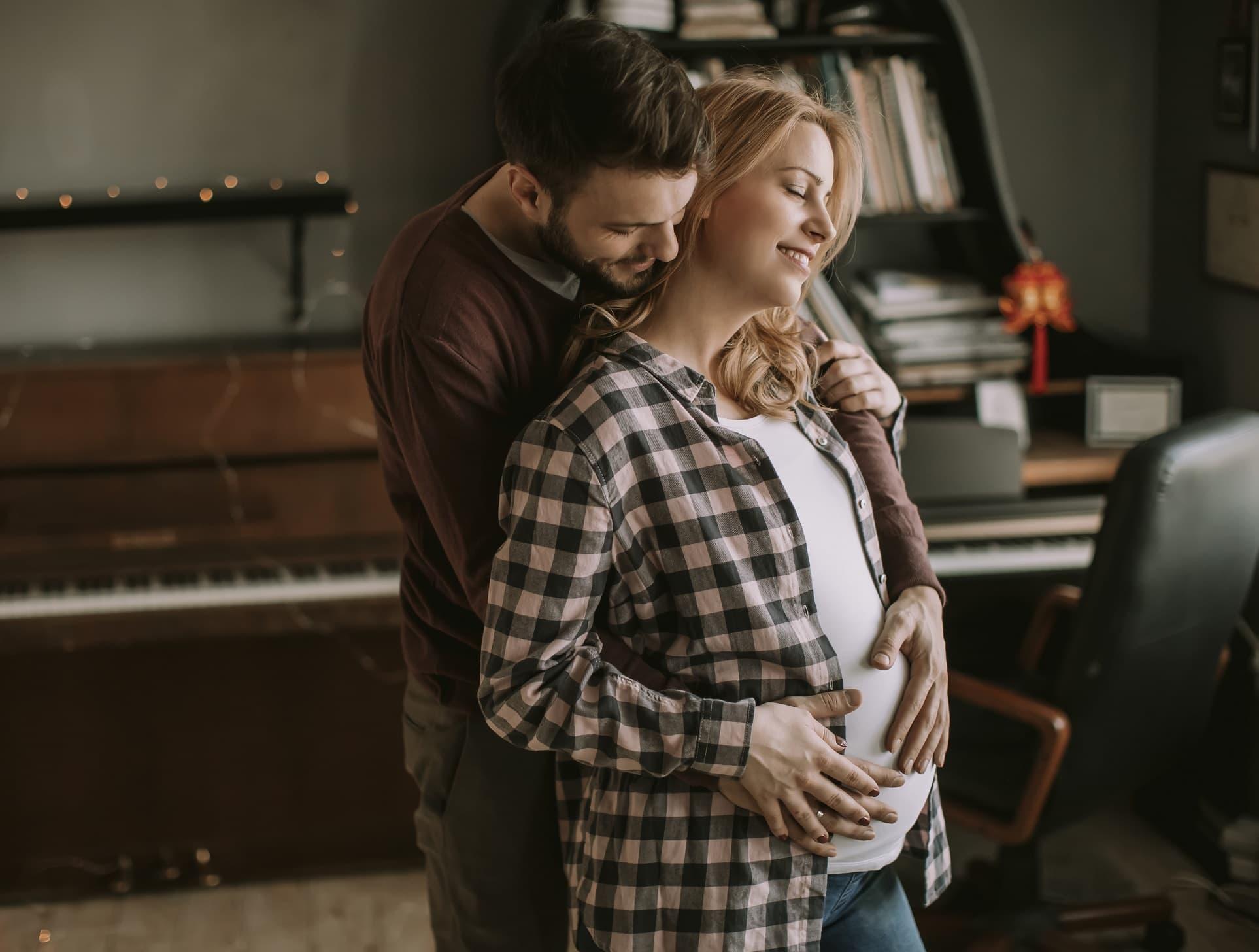 Pareja embarazada abrazándose